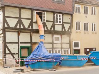 Staubige Fachwerkhaus-Sanierung mit einer Schuttrutsche