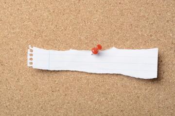 Recortes de papel en el corcho con pin