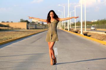 Sexy Frau steht in der Mitte einer Straße - Straßensperre