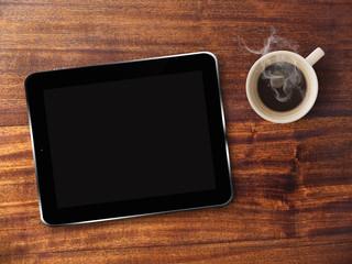 Tablette tactile et café sur fond de bois