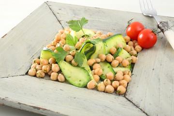 piatto vegetariano insalata ceci e zucchine