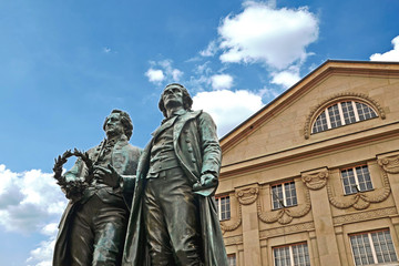 Goethe-Schiller Denkmal vor Deutschen Nationaltheater Weimar
