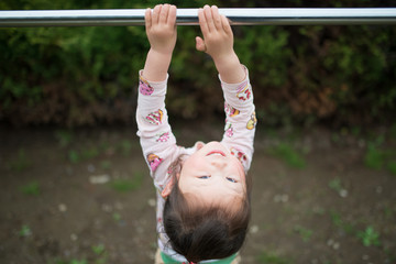 鉄棒で遊ぶ女の子