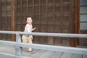 お寺で遊ぶ女の子