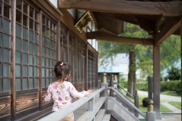 お寺で観光する女の子