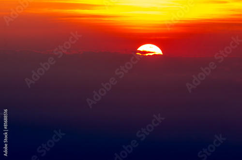 Fotobehang Zonsondergang Amazing sunset behind the clouds