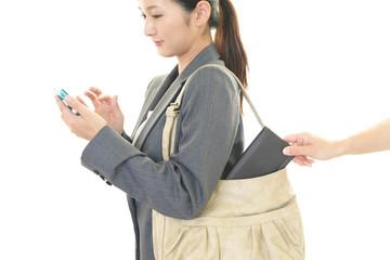 財布を盗まれる女性