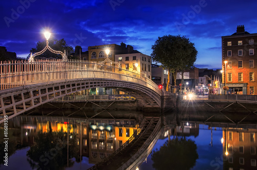 Fotobehang Brug Bridge in Dublin at night
