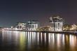 kranhäuser im Rheinauhafen in Köln bei nacht