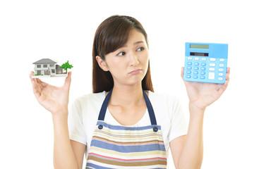 住宅模型を持つ女性