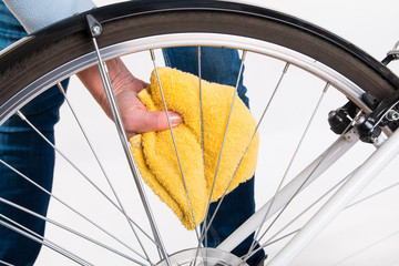 Cleaning bicycle spokes in the wheel with a cloth