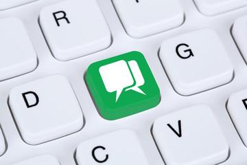 Unterhaltung oder Chat im Internet auf Computer Tastatur