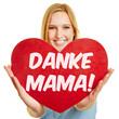 Frau hält Herz zum Muttertag
