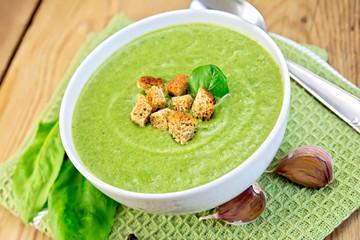 Soup puree of spinach with garlic on board