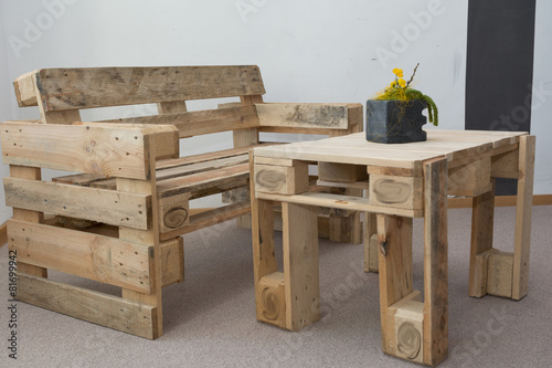 Leinwanddruck Bild robuste Sitzbank und Tisch aus Paletten