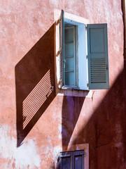 Haus mit Fenster und Fensterläden