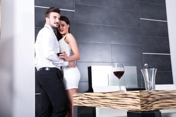 Verliebtes Paar im Wohnzimmer
