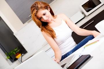 Mit dem Laptop in der Küche