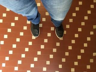 scarpe sul pavimento