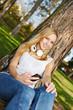 Junge Frau mit Smartphone im Sommer