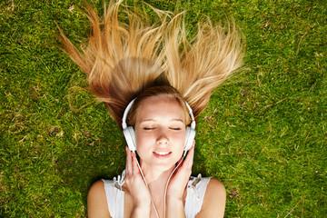 Mädchen hört Musik via Streaming über Smartphone