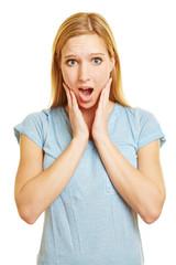 Überraschte Frau bekommt Schreck