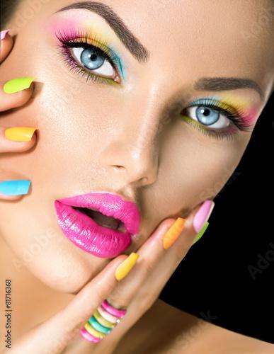 Obraz na Szkle Beauty girl face with vivid makeup and colorful nail polish