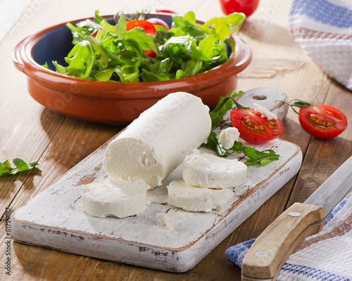 Goat cheese with salad and tomatoes - 81720187