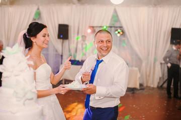 wedding couple eating cake