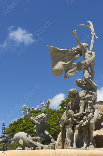 Leinwanddruck Bild Three groups at Raices Statue.