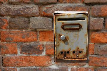 Briefkasten an Ziegelmauer