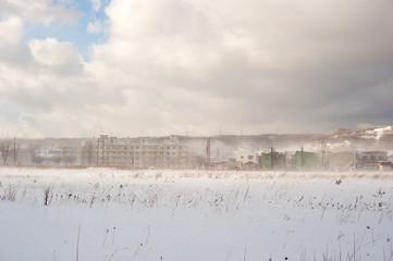 雪が舞い上がる街の風景