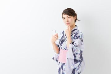 浴衣を着た女性 スマホ