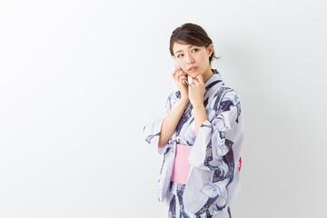 浴衣を着た女性 電話