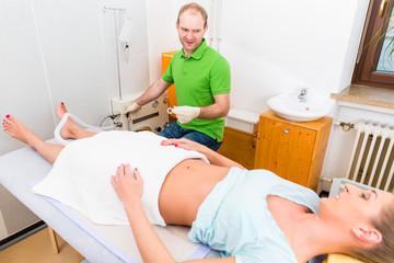 Frau bei Darmsanierung mit Heilpraktiker