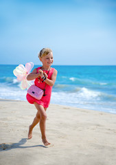 Mädchen läuft am Strand