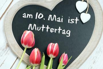 Kreidetafel mit den Worten Am 10. Mai ist Muttertag