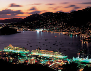 シャーロット・アマリ港の夜景