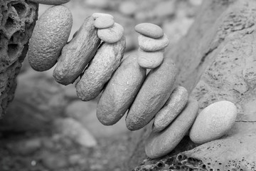 galets solidaires en équilibre entre deux grosses pierres