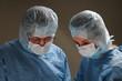 Zwei Ärzte bei der Arbeit mit Blick nach unten