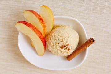 Apfel-Zimt-Eis mit Zimt und Apfelstücken