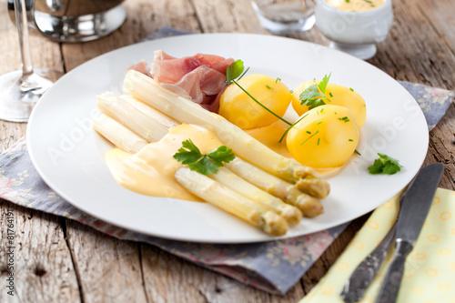 Świeży talerz szparagów