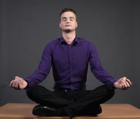 Mann meditiert im Business