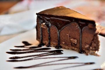 кусок шоколадного торта с солью
