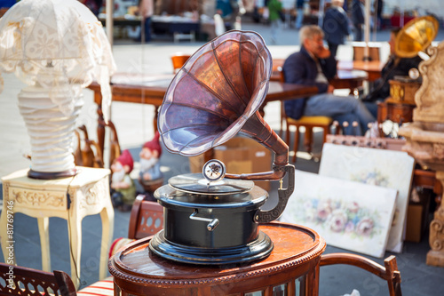 Keuken foto achterwand Centraal Europa Antique gramophone on the street market of Pisa in Italy