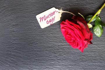 """Rote Rose und Schild """"Muttertag"""" auf Schiefer"""
