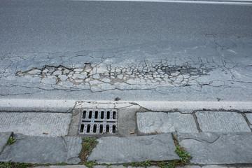 Strada asfalto, pavimentazione stradale danneggiato, buca