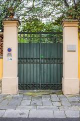 Cancello di ferro verde, mura, ingresso a villa