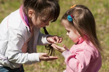 Дети поймали ящерицу