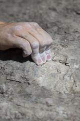 Detalle de la mano de un escalador
